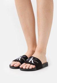 Calvin Klein Swimwear - SLIDE MONOGRAM  - Sandalias planas - black - 0