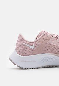 Nike Performance - AIR ZOOM PEGASUS 38 - Neutrální běžecké boty - champagne/white/barely rose/arctic pink - 5