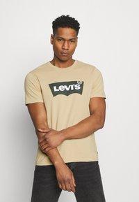 Levi's® - HOUSEMARK GRAPHIC TEE - Print T-shirt - beige/sand - 0