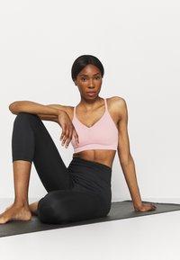 Nike Performance - INDY SEAMLESS BRA - Reggiseno sportivo con sostegno leggero - pink glaze/white - 3