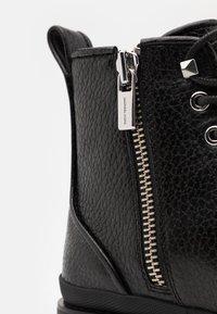 Michael Kors - COLIN - Šněrovací kotníkové boty - black - 5