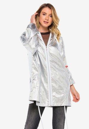 MIT PRAKTISCHER KAPUZE - Waterproof jacket - silver