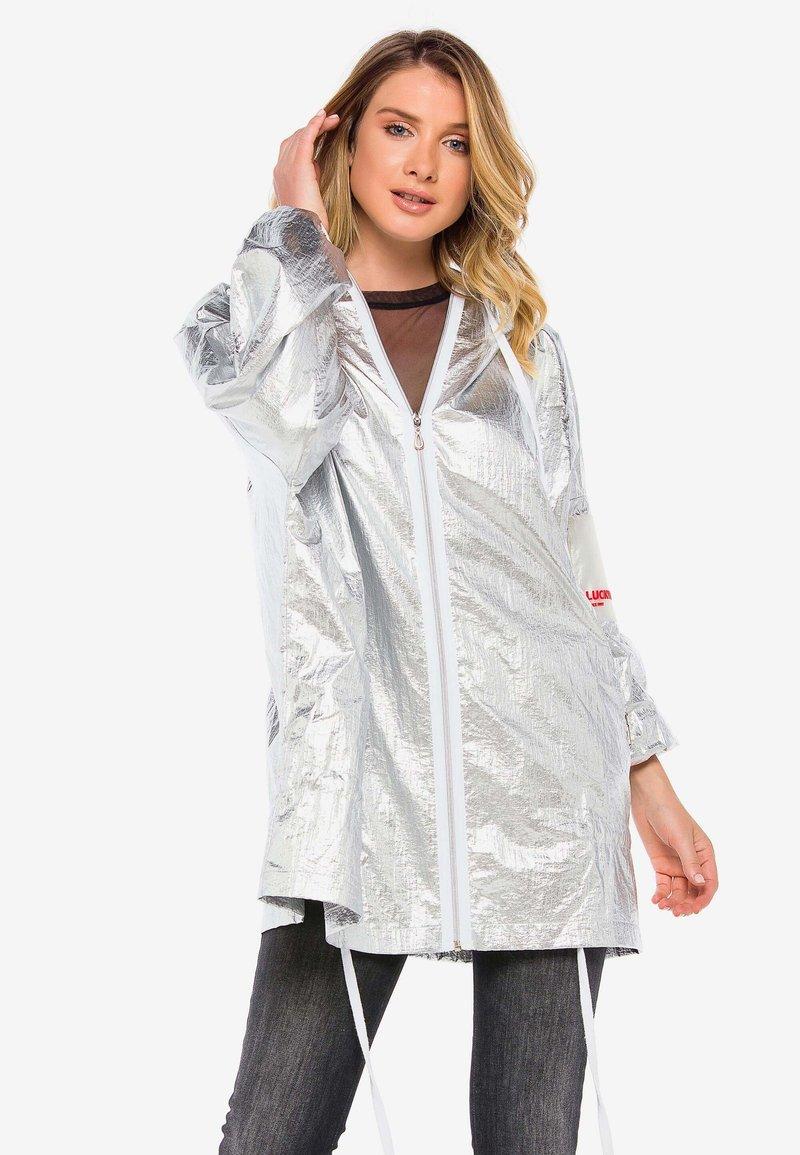 Cipo & Baxx - MIT PRAKTISCHER KAPUZE - Waterproof jacket - silver
