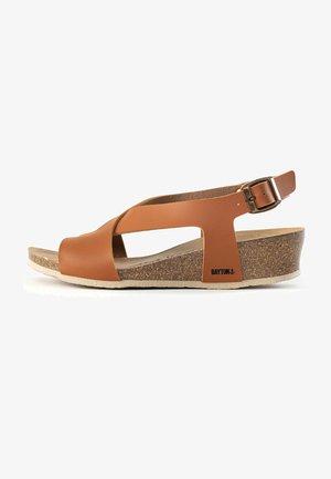 SALAMANQUE - Sandały na koturnie - camel