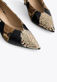 Uterqüe - MIT PRINT - Classic heels - black - 4