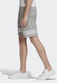 adidas Originals - OUTLINE SHORTS - Shorts - grey - 2