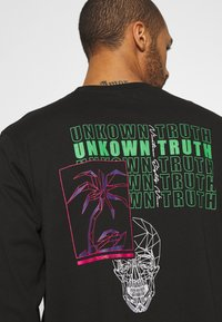 Urban Threads - FRONT AND BACK GRAPHIC LONG SLEEVE TEE UNISEX - Long sleeved top - black - 5