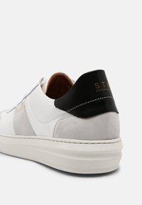 Shoe The Bear - AREN COURT  - Tenisky - white/black - 4