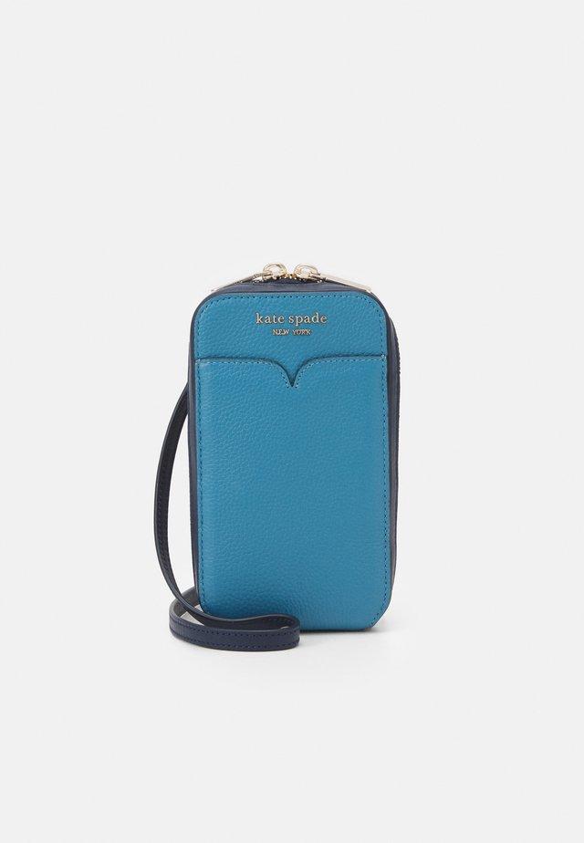 ZEEZEE NORTH SOUTH PHONE - Across body bag - niagara