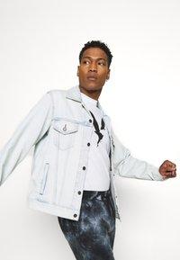 Levi's® - VINTAGE FIT TRUCKER UNISEX - Veste en jean - light indigo - 3