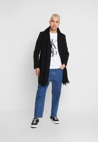Calvin Klein Jeans - MIRRORED MONOGRAM TEE - T-shirt con stampa - bright white/black - 1