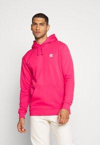 adidas Originals - ESSENTIAL HOODY UNISEX - Jersey con capucha - powpnk - 0