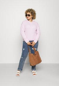 Missguided Plus - DISTRESSED DETAIL WASHED  - Relaxed fit jeans - blue - 1