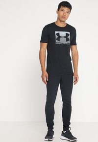 Under Armour - BOXED STYLE - Print T-shirt - black/graphite - 1