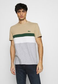 Lacoste - T-shirt med print - argent chine/farine/vert/viennois - 0