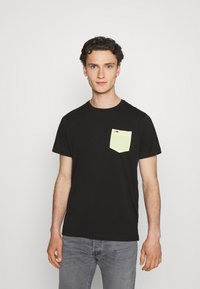 Tommy Jeans - CONTRAST POCKET TEE - T-shirt con stampa - black - 0