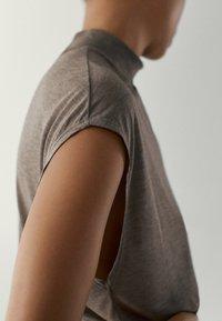 Massimo Dutti - MIT GERIPPTEM STEHKRAGEN - Basic T-shirt - light grey - 3