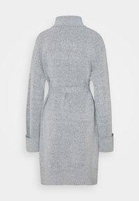 Vila - VIROLFIE TIE BELT DRESS - Pletené šaty - light grey melange - 1