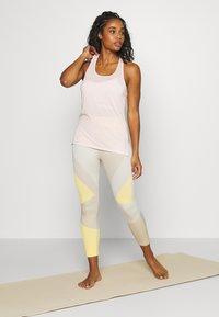 Nike Performance - SEAMLESS SCULPT 7/8 - Medias - pale ivory/shimmer - 1