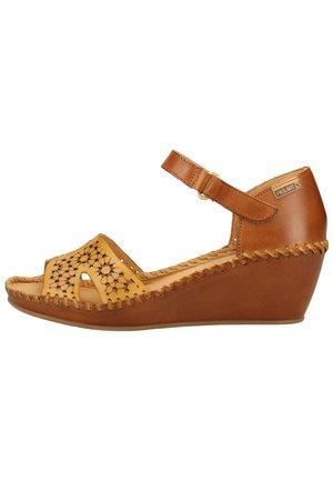 PIKOLINOS SANDALEN - Wedge sandals - honey