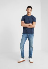 BOSS - TABER - Jeans Tapered Fit - bright blue - 1