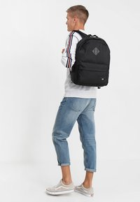 Vans - OLD SKOOL PLUS BACKPACK - Reppu - black - 1