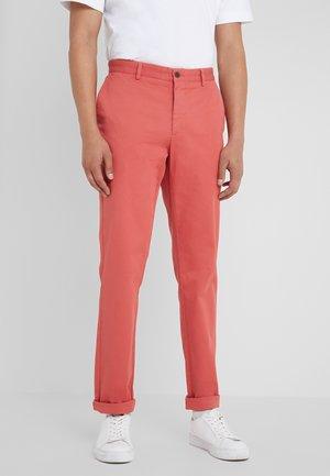 RAISED - Chino kalhoty - rhubarb