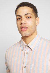 Ben Sherman - CANDY STRIPE SHIRT - Skjorte - peach - 4