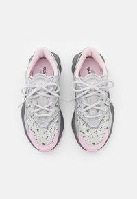 adidas Originals - OZWEEGO  - Trainers - grey one/grey two/clear pink - 5