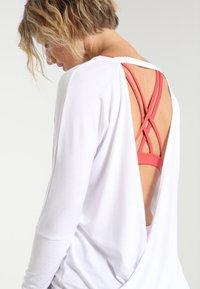 Onzie - DRAPEY V BACK - Langærmede T-shirts - white - 3