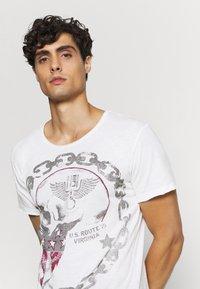 Key Largo - LUCKY ROUND - Print T-shirt - offwhite/anthrazit - 3
