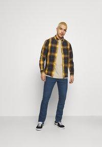 Wrangler - BUTTON DOWN SHIRT - Skjorta - spruce yellow - 1