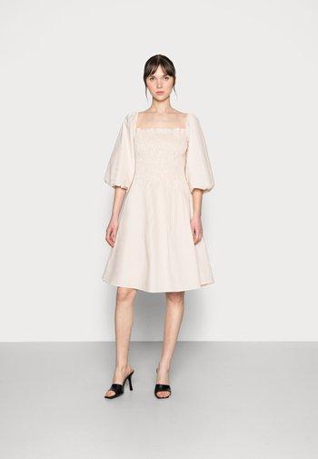 EDDA DRESS - Denní šaty - warm sand