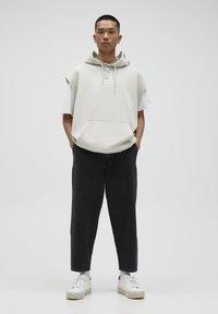 PULL&BEAR - MIT BUNDFALTEN - Jeans Relaxed Fit - black - 1