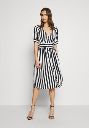VISUSASSY DRESS - Denní šaty - white alyssum/black