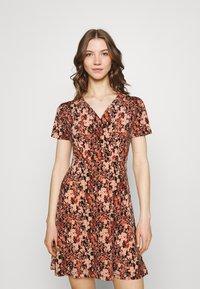 Pieces - PCEMANUELLE DRESS - Vestito di maglina - duna/black - 0