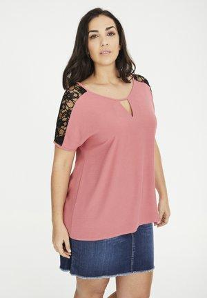 MIT SPITZENPASSE - T-shirt print - rosa