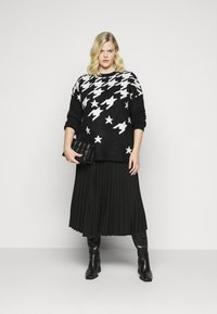 CAPSULE by Simply Be - COSY BOYFRIEND HOUNDSTOOTH STAR JUMPER - Jumper - black/ivory - 1