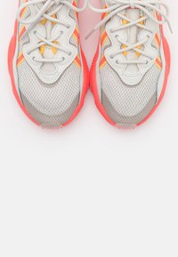 adidas Originals - OZWEEGO SPORTS INSPIRED SHOES - Zapatillas - talc/signal pink/solar gold - 5