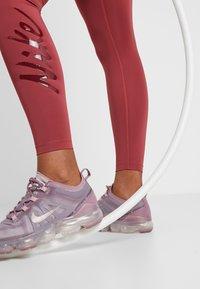 Nike Performance - Legginsy - cedar/pink quartz/mahogany/white - 3