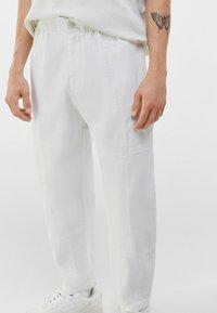Bershka - LOOSE FIT - Trousers - white - 3