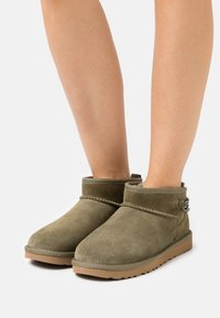 UGG - CLASSIC ULTRA MINI CHAINS - Ankle boots - burnt olive - 0