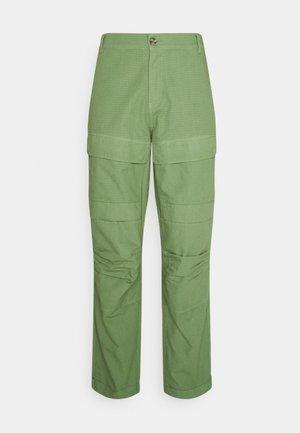 MILES PANTS - Pantaloni cargo - oil green