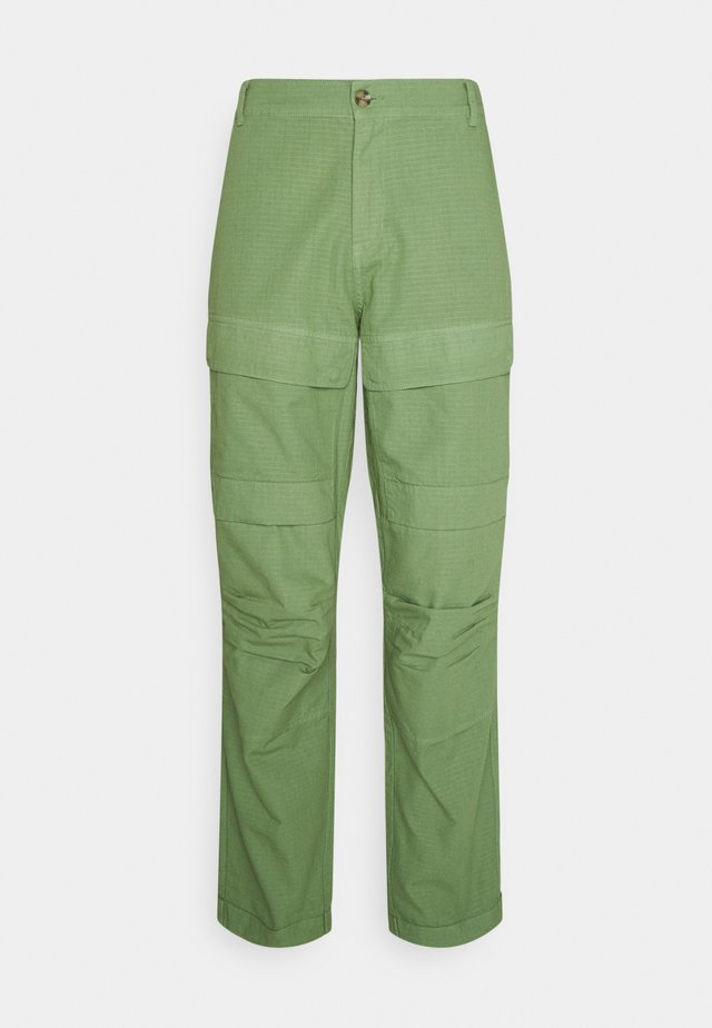MILES PANTS - Pantalones cargo - oil green