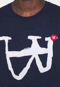 Wood Wood - ACE - Print T-shirt - navy - 5