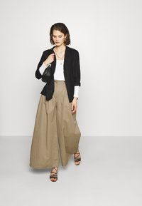 Who What Wear - THE WIDE LEG TROUSER - Bukse - light tobacco - 1