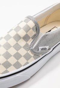 Vans - CLASSIC UNISEX - Slip-ons - silver/true white - 2