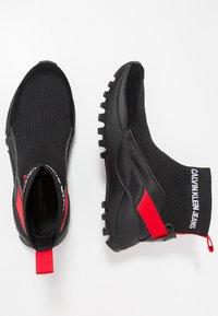 Calvin Klein Jeans - TRAY - Sneakersy wysokie - black/tomato - 1