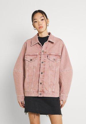 WEDGE SLEEVE TRUCKER - Kurtka jeansowa - pink sands
