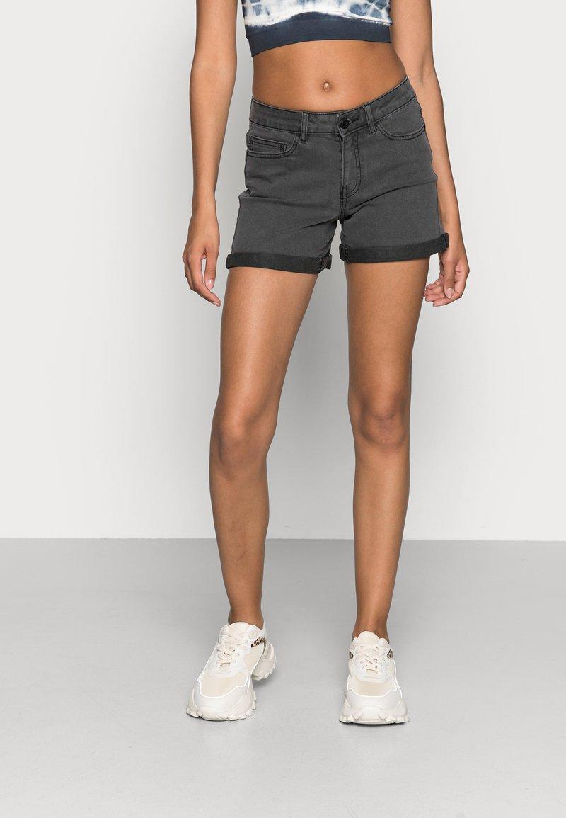 Noisy May - NMBE LUCY FOLD - Denim shorts - dark grey denim